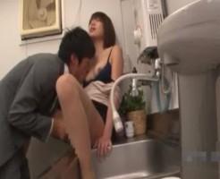 会社の給湯室でこそこそエッチ!イケメン部下のクンニにいっぱい感じちゃう! xvideos女性向け