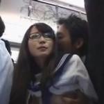 満員電車で後ろから襲われちゃうメガネ女子高生!ビクビク感じちゃいます! pornhub女性向け動画