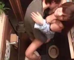 【鈴木一徹】合コン中に2人でこっそり抜け出して居酒屋のトイレでエッチしちゃってるのを盗撮! ero-video女性向け動画