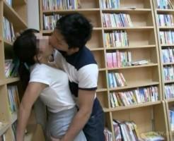 可愛い彼女になんだか興奮してきちゃって静かな図書館でこっそり快感セックス! pornhub女性向け動画