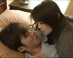 【鈴木一徹】練習よ。と言ってイケメン息子と禁断セックスしちゃう近親相姦セックス!