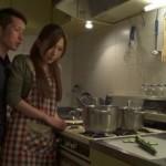 【大沢真司】旦那がすぐそばにいるのに美人奥さんにキッチンでお口でなめなめさせちゃうS男!