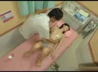 初めてのオイルマッサージでどんどん服を脱がされ犯されちゃった女の子! 裏アゲサゲ女性向け動画