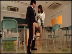 【貞松大輔】可愛い顔してエッチな女教師に誘惑されて放課後の教室で禁断エッチ!
