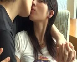 手を握り合いながら見つめ合ってキス。おっぱいをほぐされ、パンツの上からクリを触られるラブラブカップルの前戯 女性向け無料アダルト動画