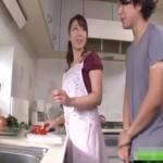 イケメン男子が料理中のお姉さんにバックから抱きつきそのままキッチンでエッチ!
