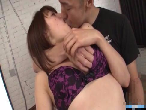 ダンディなおじさま男優さんとソファーの上で濃密セックス! xvideos女性向け動画【無修正】