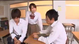 【鈴木一徹&しみけん】「Hを教えてよ~」というJKにせがまれ3Pセックスに雪崩れ込む放課後の教室。JKのリードで為すがままのイケメン高校生!