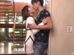 玄関なんいキスしたらもう止まらない!舌を絡めて抱き合って、立ったままのクンニに脚に力が入らなくなって、ガクガク震えちゃう!【小田切ジュン】