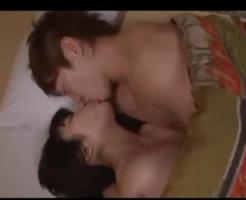 おやすみ前にべろちゅーでキスしてじっくり愛し合い!バックでいっぱいクンニされたり、中出しした後もキスで愛情確認!【志戸哲也】