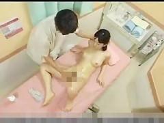 オイルマッサージで女の子のアソコをねとねと手マンしちゃうエッチなマッサージ師! pornhub女性向け動画