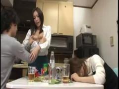 彼女とその友達と宅飲み!酔いつぶれた隙きに、前から気になっていた友人の彼氏を誘惑してすぐ側で寝取る小悪魔系女子【ムータン】