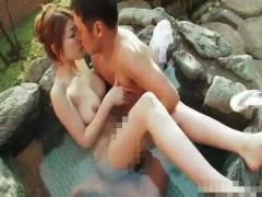 露天風呂で昼間からイチャイチャ!気持ちいいところを触られながら巨乳おっぱいを吸われる人妻!