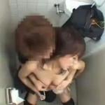 素人カップルが公衆トイレでセックスしちゃってるのを盗撮! ero-video女性向け動画