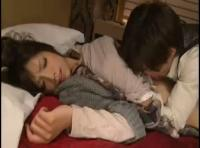 【鈴木一徹】酔いつぶれてベットに横になっているお姉さんをこっそりとクンニしちゃう!