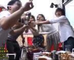 「1番が4番にお酒を口移し!」大学サークルでお泊り夏合宿!夜はみんなで王様ゲームして集団エッチ! 女性向け無料アダルト動画