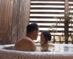 SNSで知り合った年上の男性と日帰り温泉でドキドキの露天風呂セックス...ダメだと分かっていてもお兄さんに身を委ねる不倫エッチ 女性向け無料アダルト動画